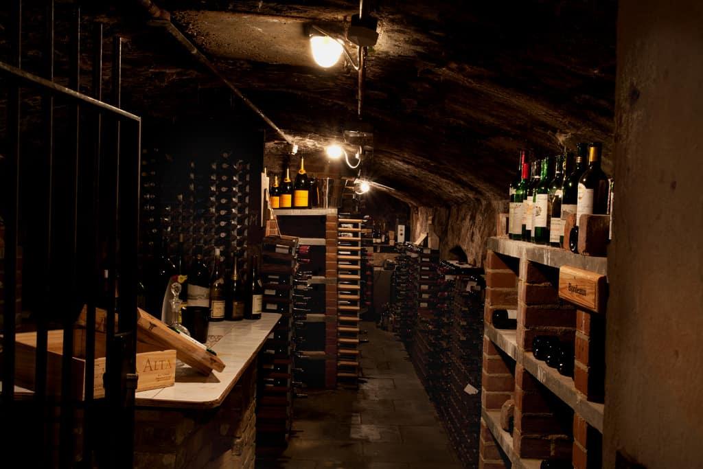 Black Wine Cellar : A guide to the perfect wine cellar temperature finding