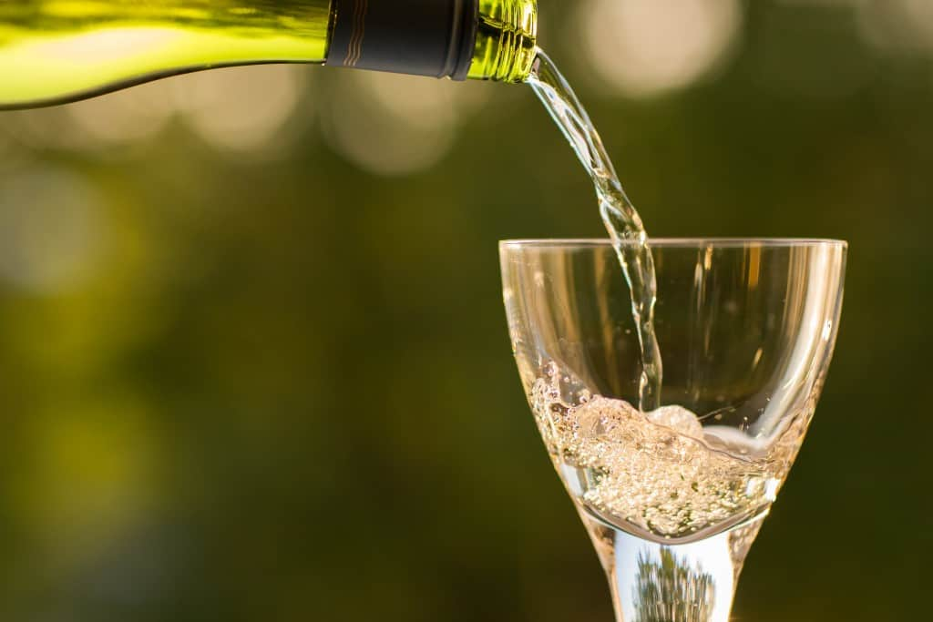 how high should I fill a wine glass